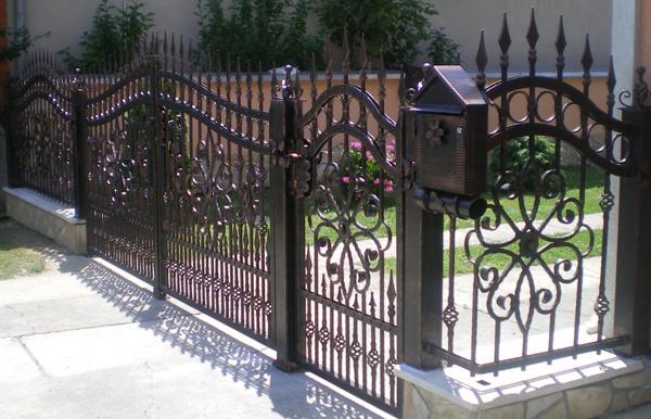 Kovana ukrasna ograda sa kapijom.