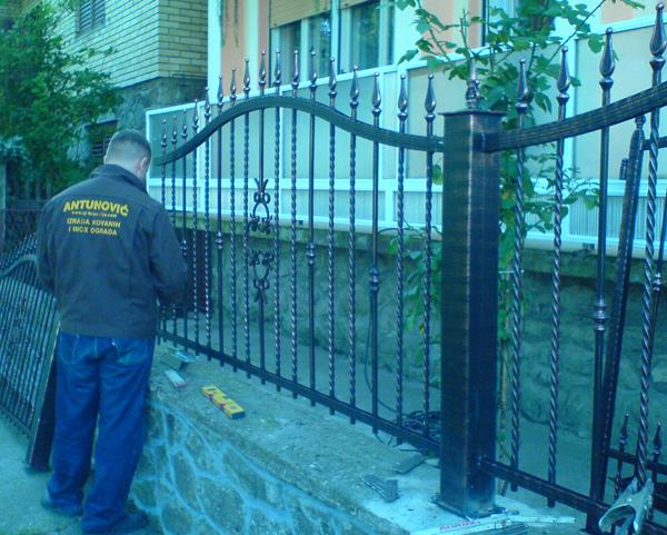 Ugradnja ograde.
